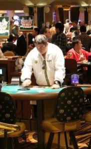 Mann steht am Casino Roulette Tisch